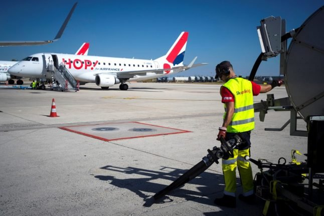 French pilots' union announces five weeks of strike days in salary dispute