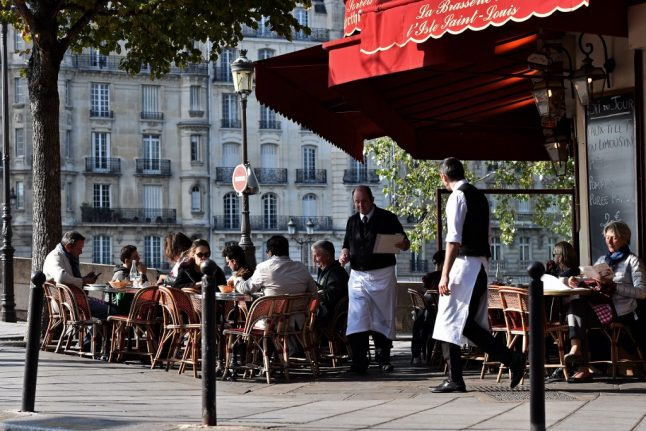 What are the new rules in France for reopening cafés and restaurants?
