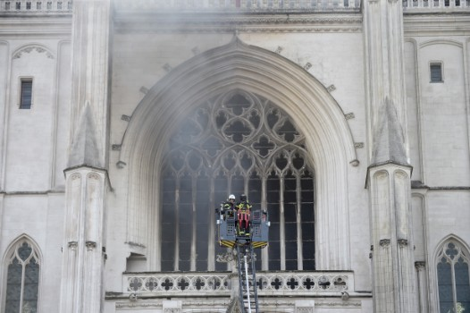 The fire at Nantes cathedral has been contained: firefighters
