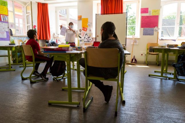 French unions call for stricter Covid-19 health rules in schools