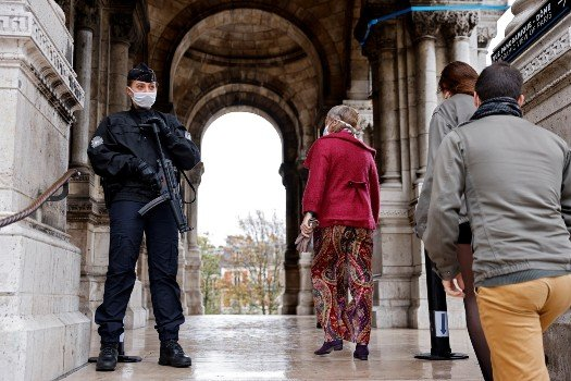 French Catholics pray under heavy security after new arrests