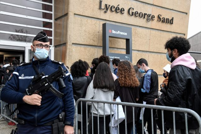 French high school students protest Covid-19 risk in class