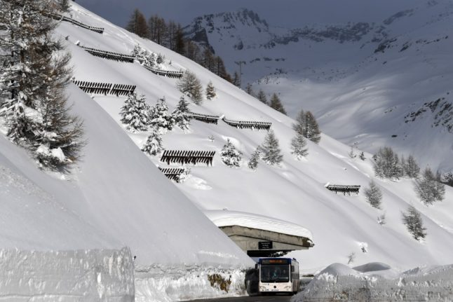 Bus shuttle service for French skiers in Switzerland risks stoking tensions