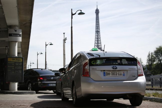 Paris taxi driver reported to the police after charging tourists €230 for airport trip
